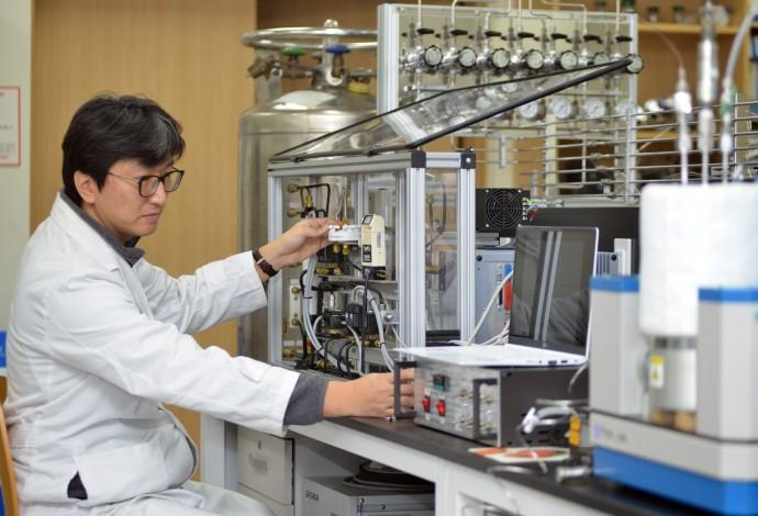 임정식 한국표준과학연구원 가스분석표준센터 선임연구원이 육불화황(SF6) 표준가스를 개발하고 있다. - 한국표준과학연구원 제공